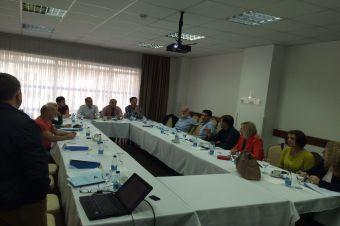 Agjencia kosovare për standardizim (AKS), përveç aktiviteteve administrative të përditshme në miratim të standardeve, ka filluar të përkujdeset edhe për implementimin e tyre. Forma më e mirë e implementimit të standardeve është trajnimi i bizneseve për përdorimin e tyre.